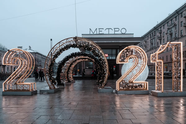 Photo of giant numbers 2021 in a city street scene.